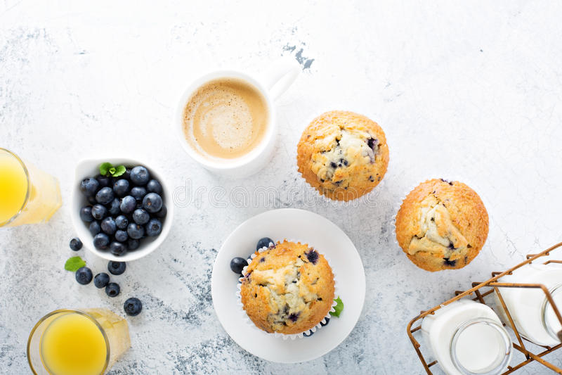Desayuno brillante y airoso con el mollete del arándano foto de archivo