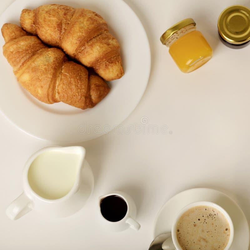 Desayuno - café con los cruasanes imagenes de archivo