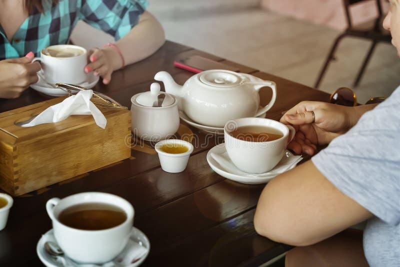 Desayuno, café, muchachas, té, concepto sano de la forma de vida, foto de archivo