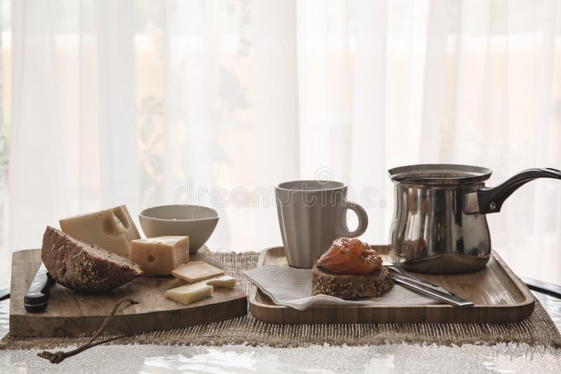 Desayuno calórico en el fondo de la ventana imagen de archivo libre de regalías