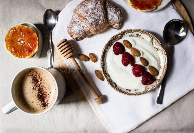 Desayuno con café y croissants foto de archivo