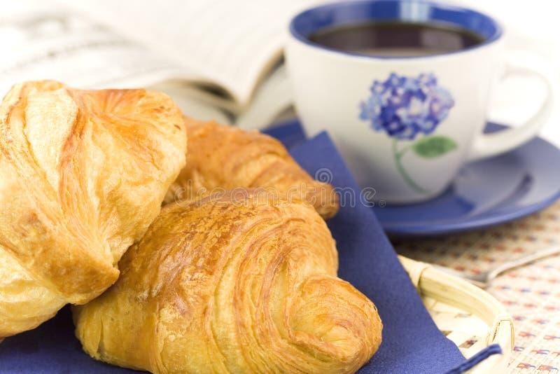 Desayuno con café y croissants fotografía de archivo libre de regalías