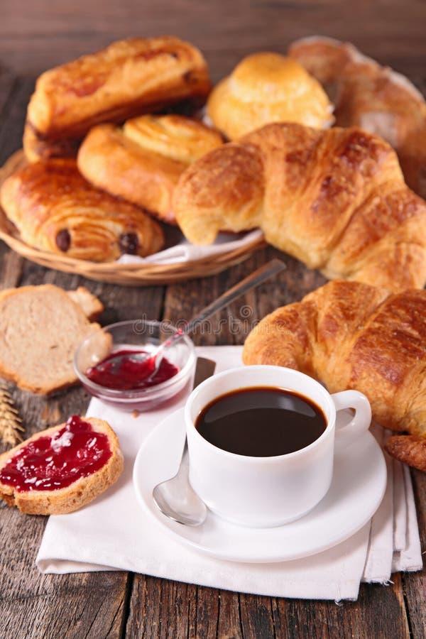 Desayuno con café y pasteles fotos de archivo