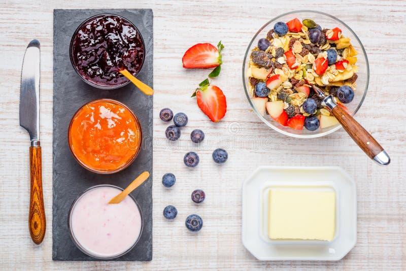Desayuno con el atasco, el yogur y Muesli imagen de archivo libre de regalías
