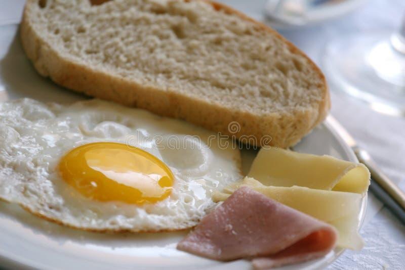Desayuno con el huevo frito fotografía de archivo libre de regalías