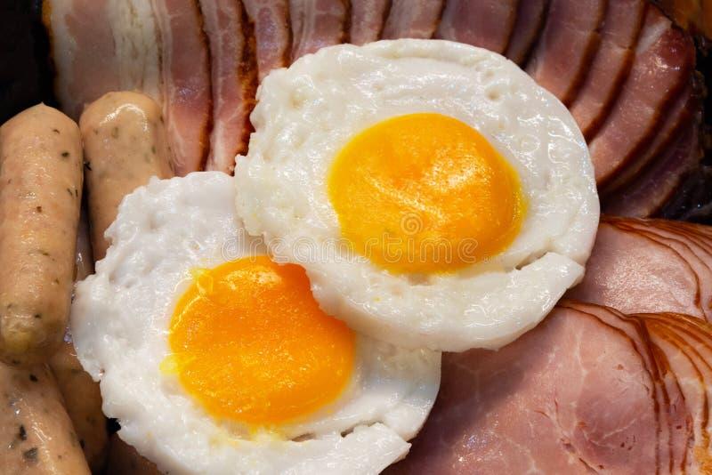 Desayuno con el tocino y los huevos, jamón, salchicha imagenes de archivo