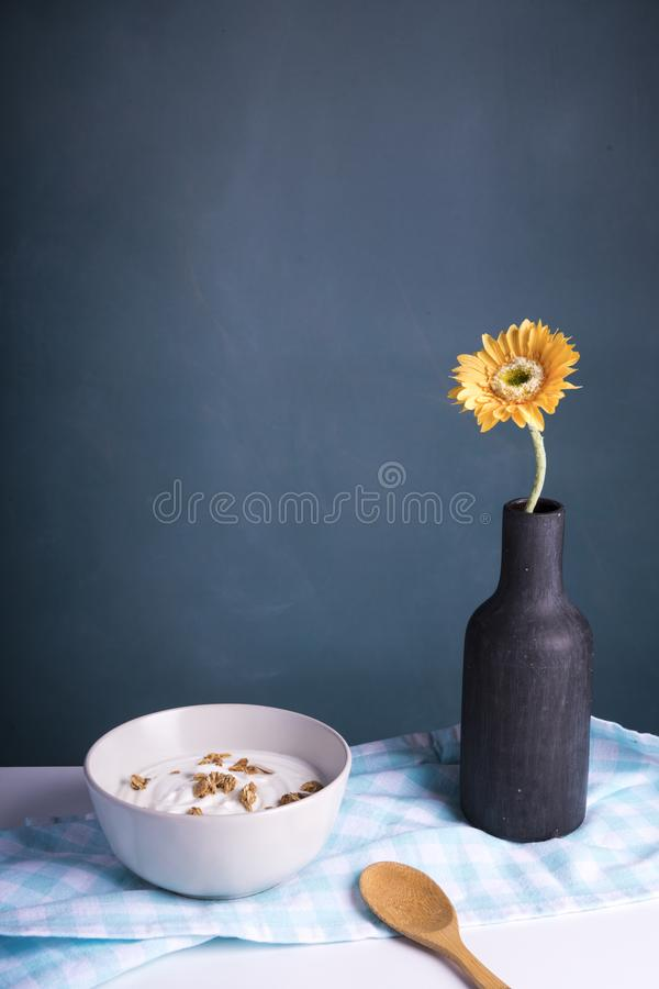 Desayuno con el yogur y los cereales, fondo oscuro imagenes de archivo