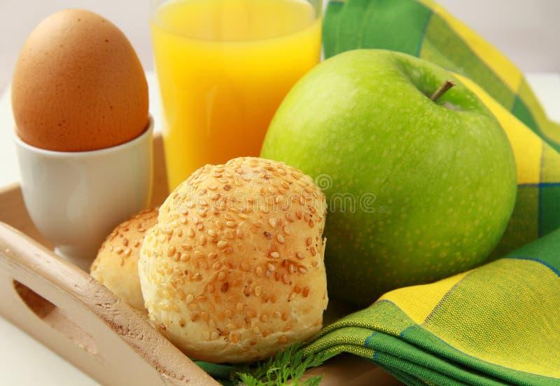 desayuno con el zumo de naranja, huevo hervido imagen de archivo
