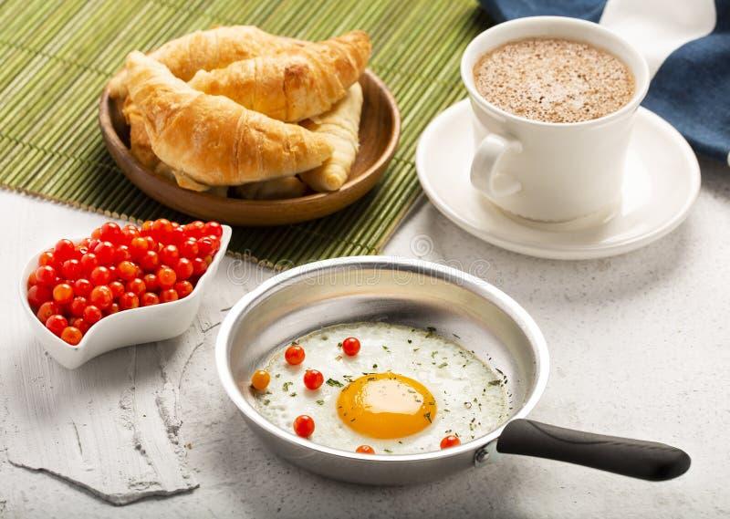 Desayuno con la bebida del huevo frito, del cruasán y del chocolate caliente Visi?n superior fotos de archivo libres de regalías