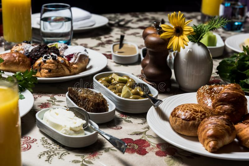 Desayuno con la miel, la mantequilla y las aceitunas verdes fotografía de archivo libre de regalías