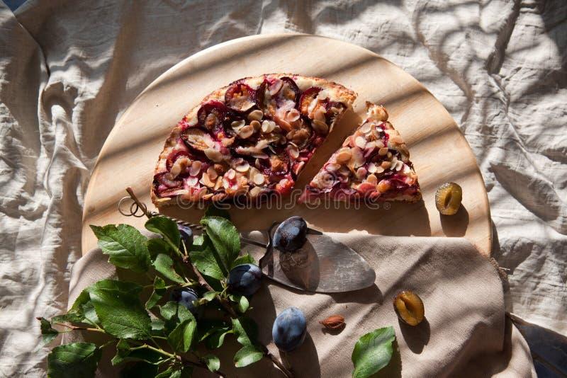 Desayuno con la tarta del ciruelo imagen de archivo libre de regalías