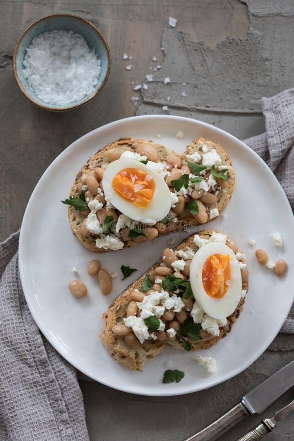 Desayuno con la tostada y el huevo imagen de archivo libre de regalías