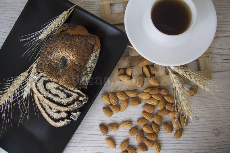 Desayuno con las almendras y el milhojas de la amapola fotos de archivo libres de regalías