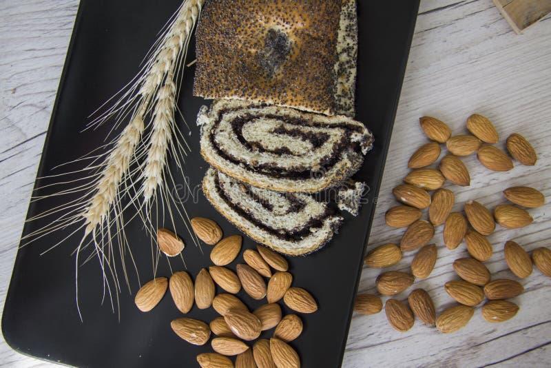 Desayuno con las almendras y el milhojas de la amapola foto de archivo libre de regalías