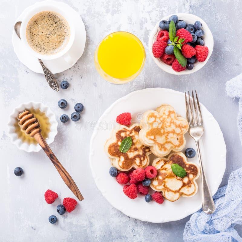 Desayuno con las crepes escocesas imagen de archivo libre de regalías