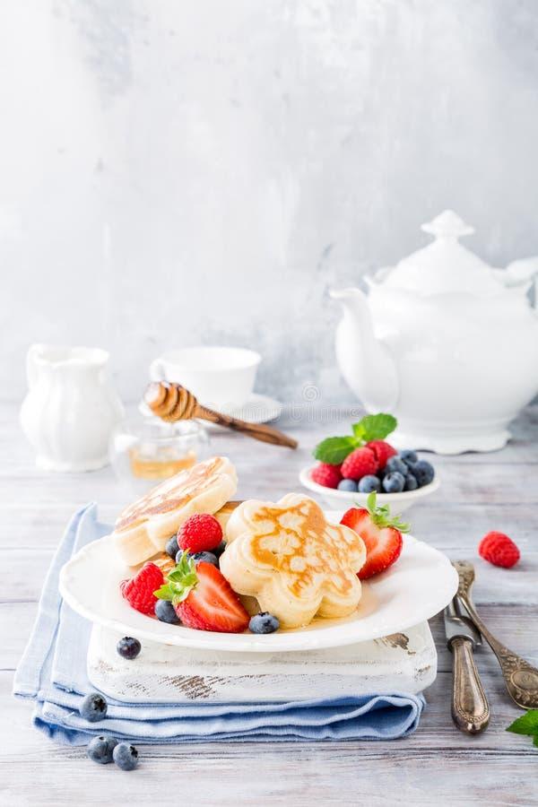 Desayuno con las crepes escocesas imagenes de archivo