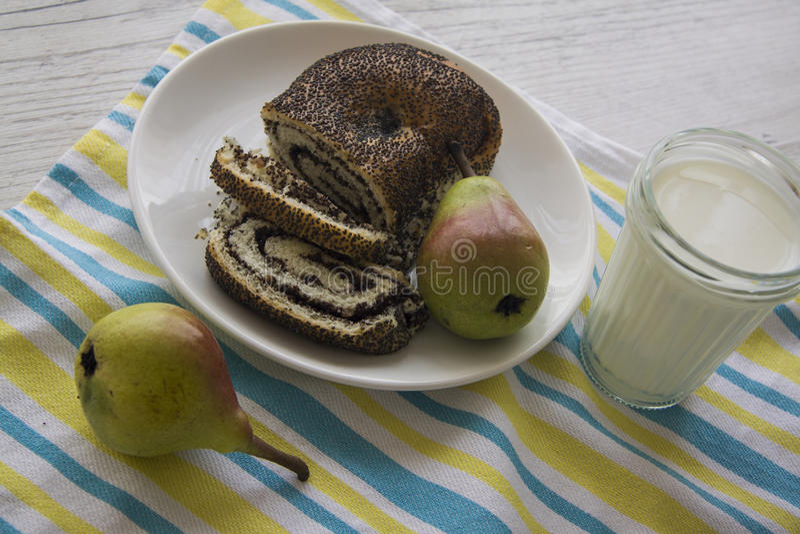 Desayuno con las peras y el milhojas de la amapola foto de archivo libre de regalías
