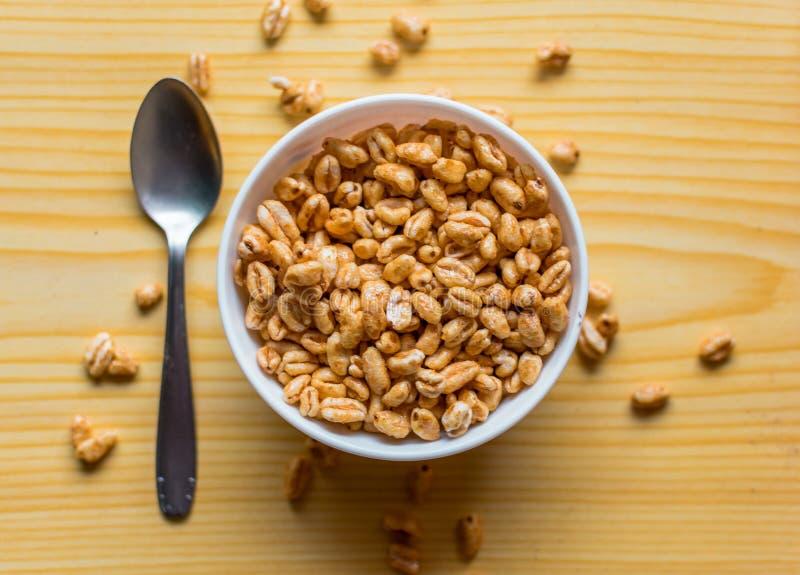 Desayuno con los cereales en un cuenco con leche, cacao y el plátano foto de archivo libre de regalías