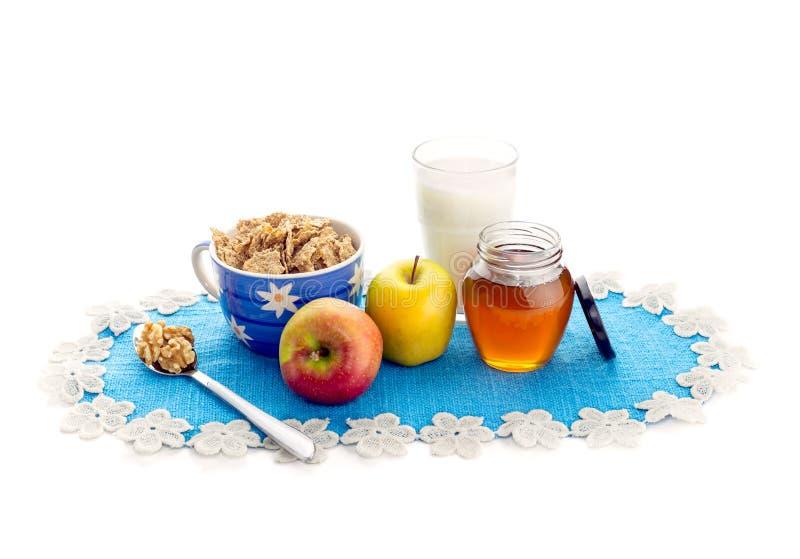 Desayuno con los copos de maíz y las manzanas foto de archivo libre de regalías