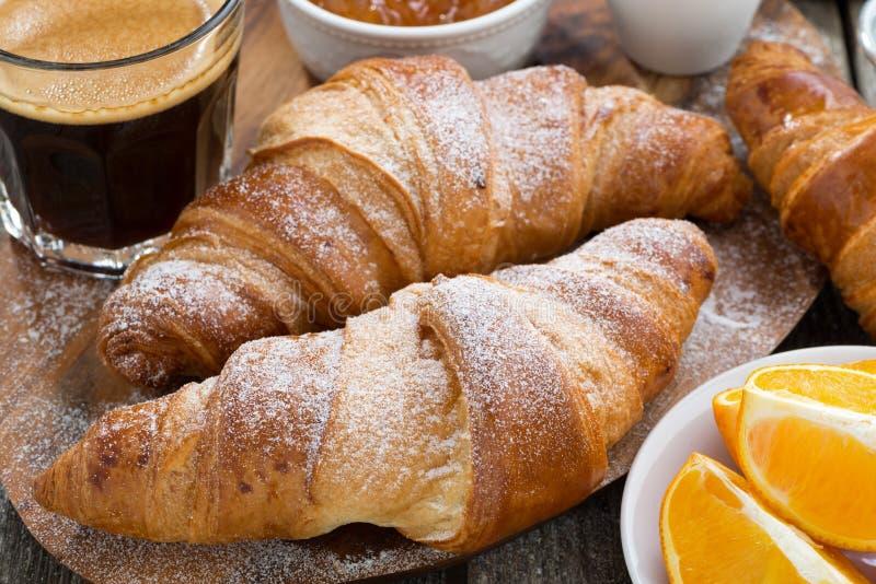Desayuno con los cruasanes frescos, primer fotografía de archivo libre de regalías