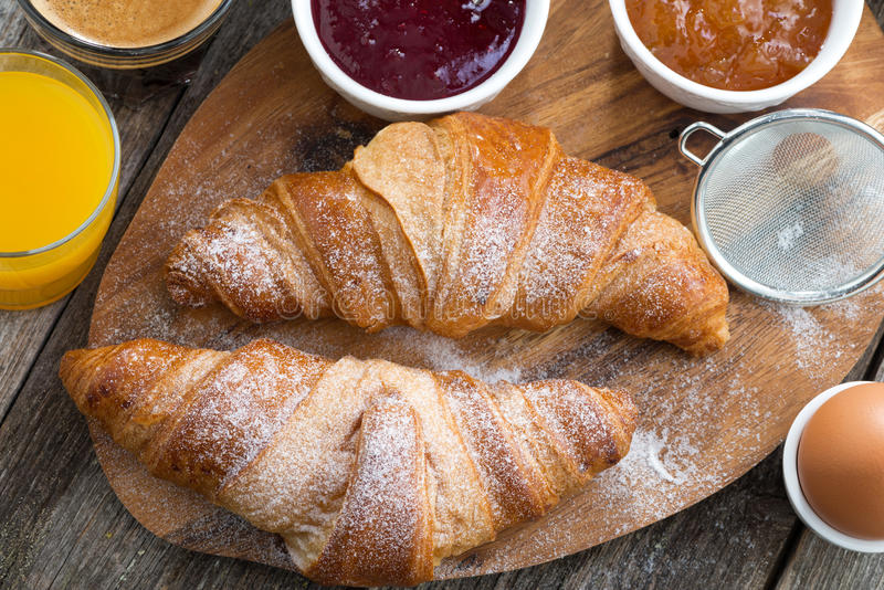 Desayuno con los cruasanes frescos, visión superior foto de archivo
