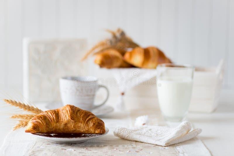 Desayuno con los cruasanes recientemente cocidos imagen de archivo