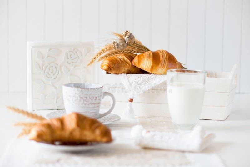 Desayuno con los cruasanes recientemente cocidos foto de archivo libre de regalías
