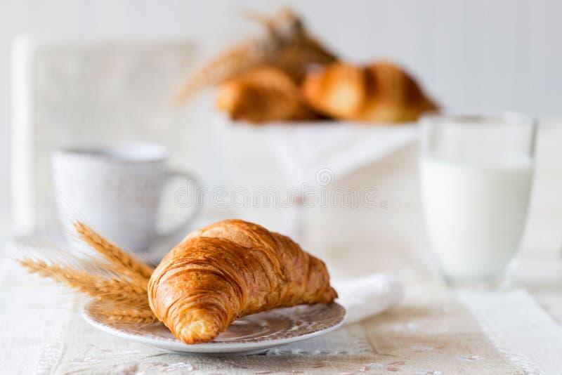 Desayuno con los cruasanes recientemente cocidos fotos de archivo