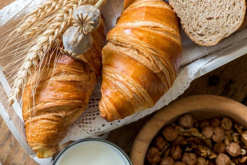 Desayuno con los cruasanes recientemente cocidos foto de archivo