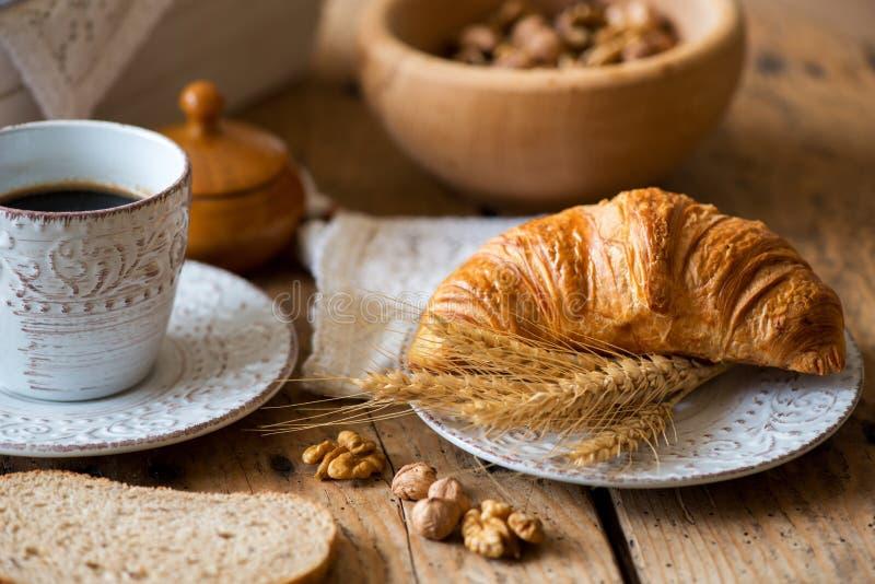 Desayuno con los cruasanes recientemente cocidos imágenes de archivo libres de regalías