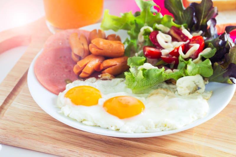 Desayuno con los huevos fritos foto de archivo libre de regalías