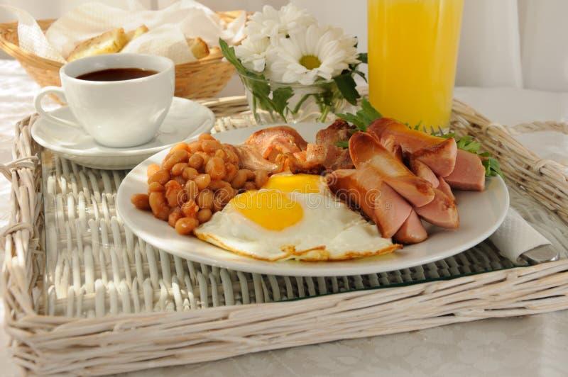 Desayuno con los huevos revueltos y el tocino imagenes de archivo