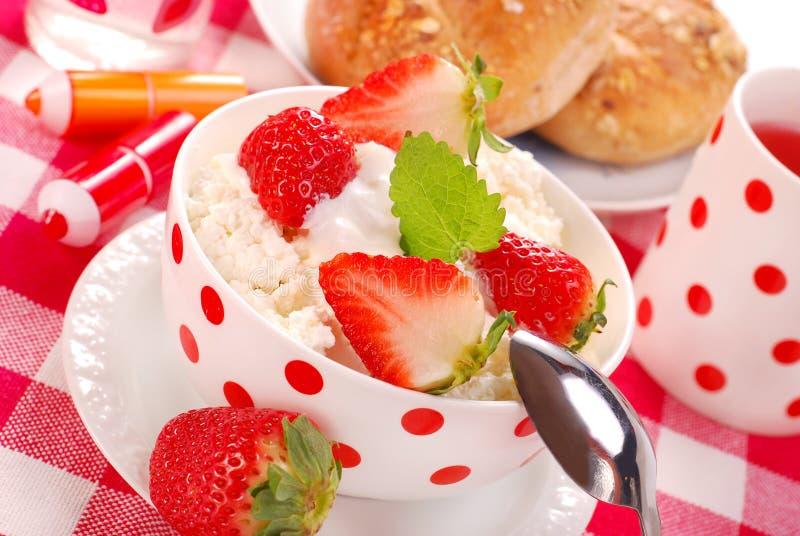 Desayuno con requesón y fresas foto de archivo libre de regalías