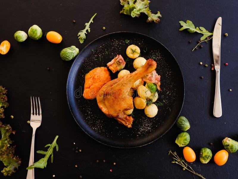 Desayuno confeccionado del plato de la pierna de pollo imagenes de archivo