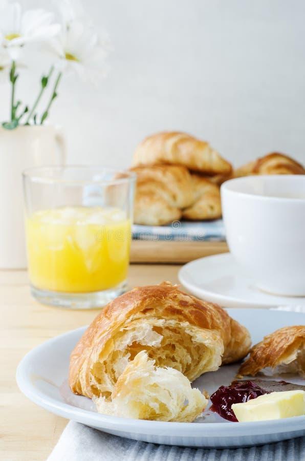 Desayuno continental con los cruasanes, el café y el zumo de naranja foto de archivo