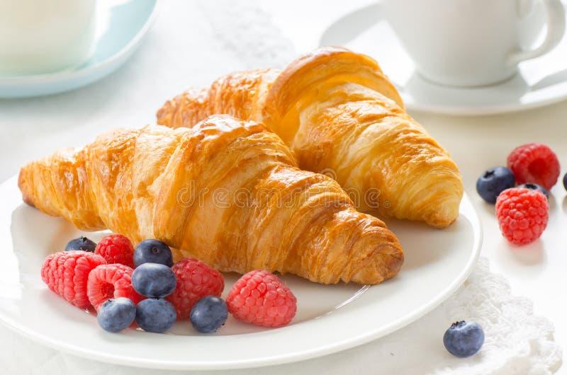 Desayuno de cruasanes recientemente cocidos fotografía de archivo