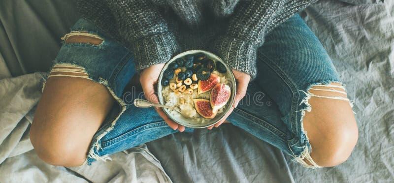 Desayuno de dieta vegetariano sano del invierno en concepto de la cama foto de archivo libre de regalías
