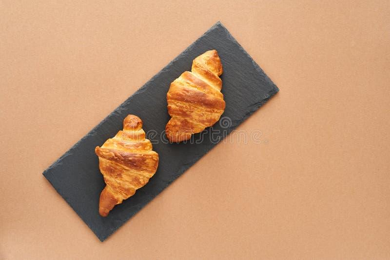 Desayuno de dos cruasanes franceses foto de archivo libre de regalías