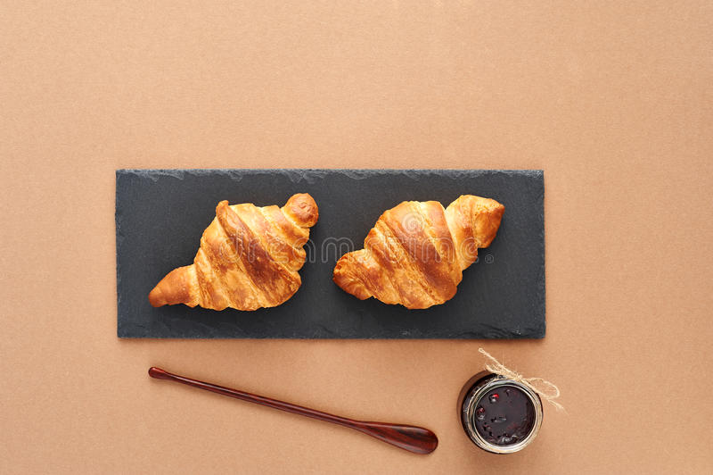 Desayuno de dos cruasanes franceses con el atasco fotos de archivo