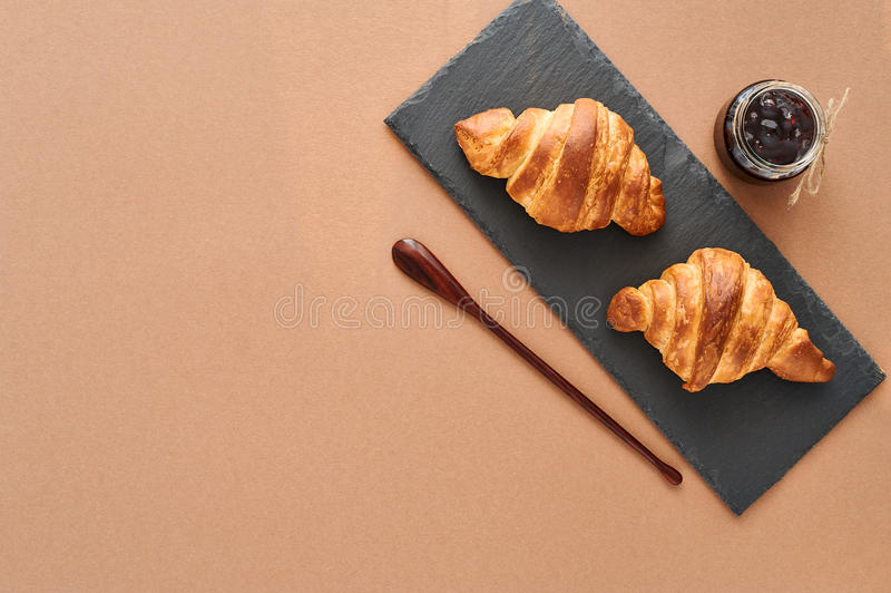 Desayuno de dos cruasanes franceses con el atasco imágenes de archivo libres de regalías