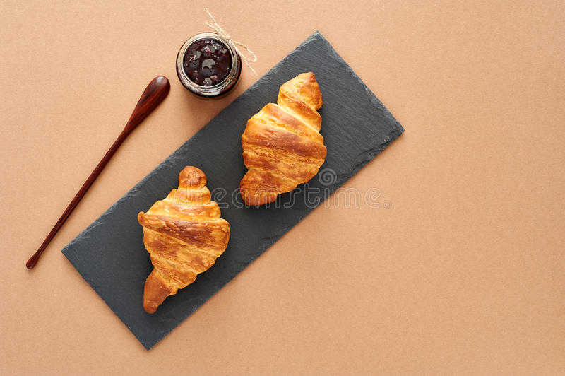 Desayuno de dos cruasanes franceses con el atasco imagen de archivo libre de regalías