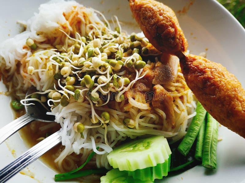 Desayuno de Kanom Jeen de la gente tailandesa imagen de archivo libre de regalías