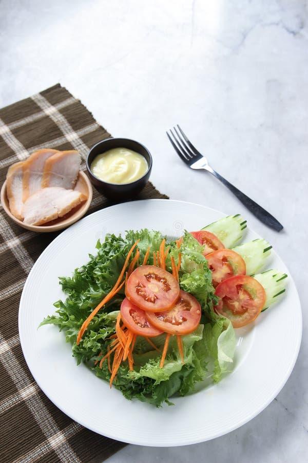 Desayuno de la ensalada de la mañana, comida de la visión superior con pan del ` s del pollo foto de archivo libre de regalías