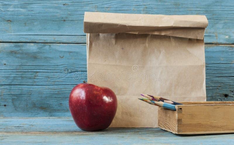 Desayuno de la escuela en el escritorio imagen de archivo