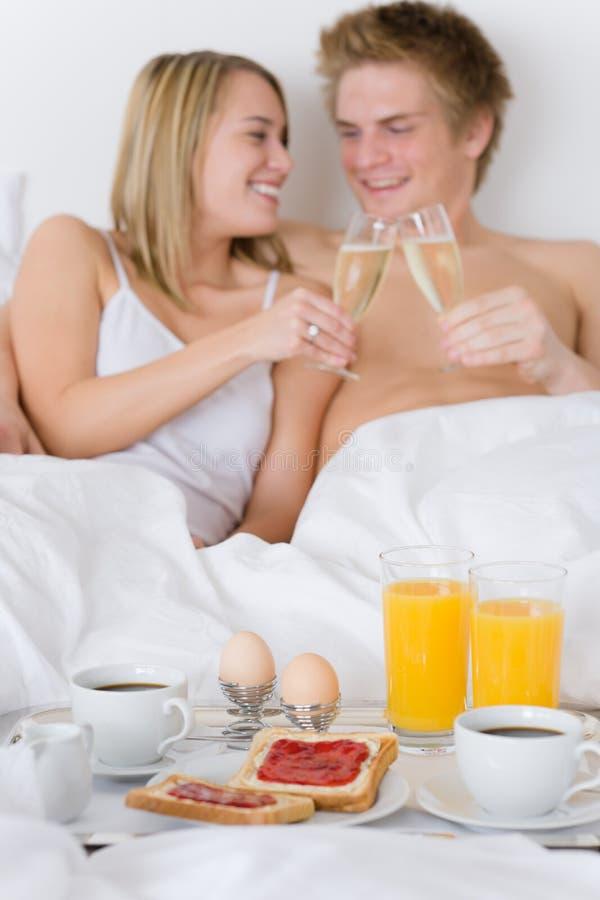 Desayuno de la luna de miel del hotel de lujo - par en cama imagen de archivo libre de regalías