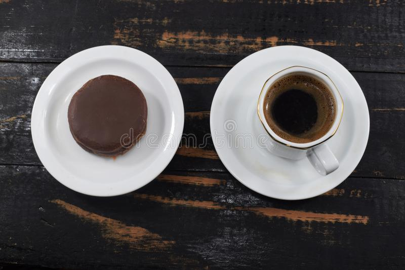 Desayuno de la mañana, café y galletas de microprocesador de chocolate fotografía de archivo