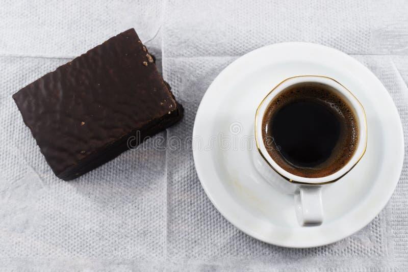 Desayuno de la mañana, café y galletas de microprocesador de chocolate imagen de archivo libre de regalías