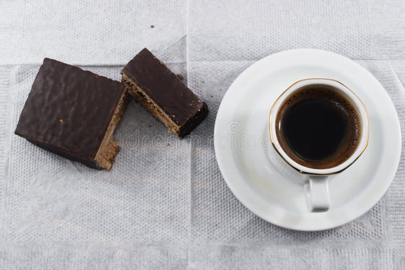 Desayuno de la mañana, café y galletas de microprocesador de chocolate fotos de archivo libres de regalías