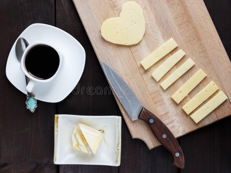 Desayuno de la mañana con café y un poco de queso foto de archivo