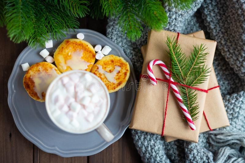 Desayuno de la mañana de la Navidad o del Año Nuevo con la taza de la taza de chocolate caliente del cacao del café con las crepe fotografía de archivo libre de regalías